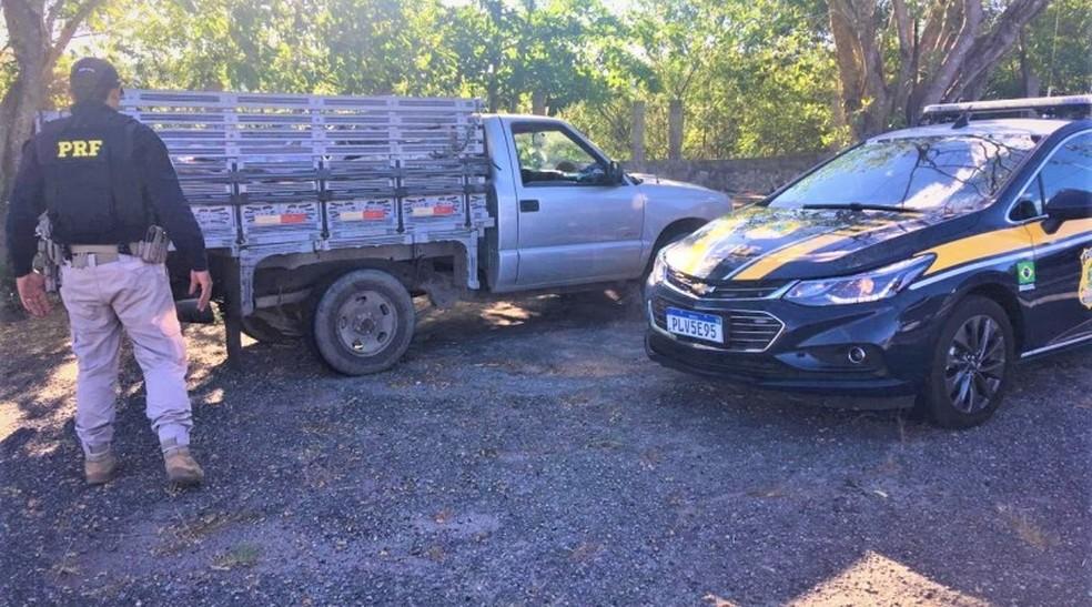 Policiais verificaram que a carne estava coberta por uma lona na caçamba do veículo — Foto: Polícia Rodoviária Federal/Divulgação