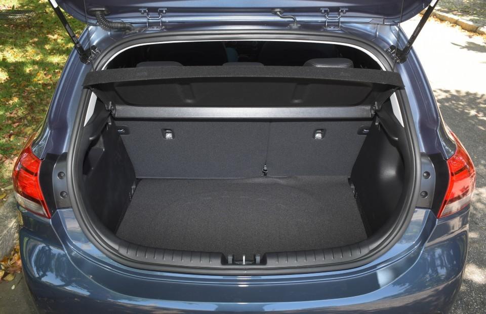 O porta-malas do Kia Rio conta com capacidade semelhante aos concorrentes: são 325 litros, de acordo com dados da montadora (Foto: Murilo Goés)