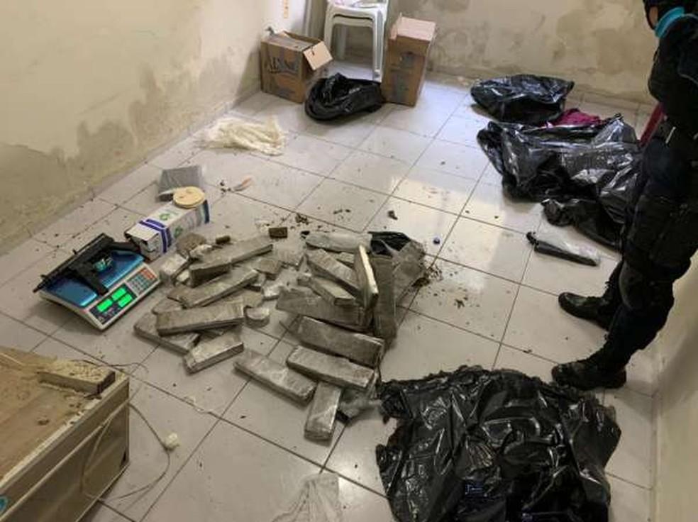 Denúncia anônima levou a PM a localizar a residência onde a droga estava escondida. — Foto: Polícia Militar/ Divulgação