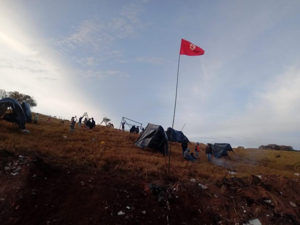 Integrantes da Frente Nacional de Luta ocupam área de fazenda em Rosana