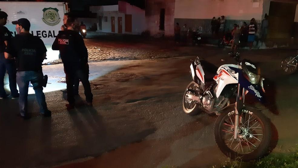 Motocicleta em que casal estava ficou no local do crime, na Zona Norte de Natal. — Foto: Sérgio Henrique Santos/Inter TV Cabugi