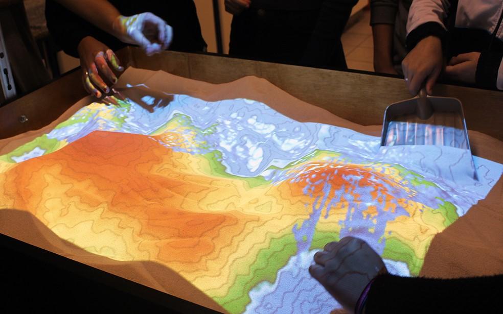 Aparelho SARND BOX, um simulador de relevo, desenvolvido pela Universidade da Califórnia — Foto: Imprensa UniSantos