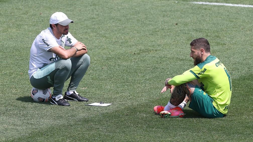 Abel Ferreira em conversa com Zé Rafael no treino do Palmeiras — Foto: Cesar Greco\Palmeiras