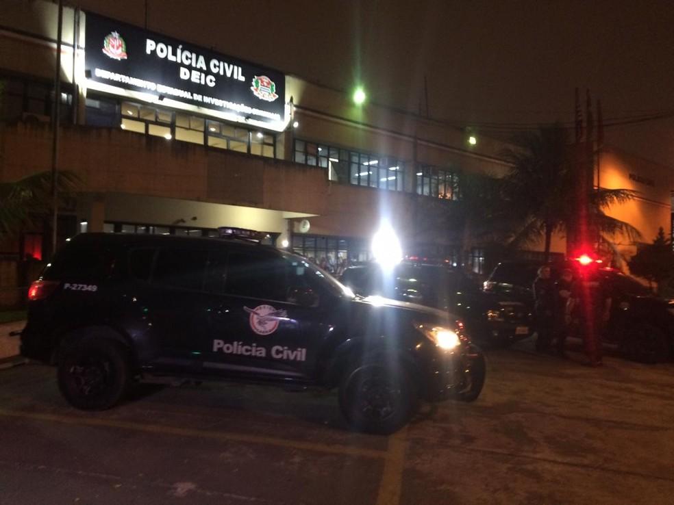 Carros usados no roubo são levados ao Deic — Foto: Abraão Cruz/TV Globo