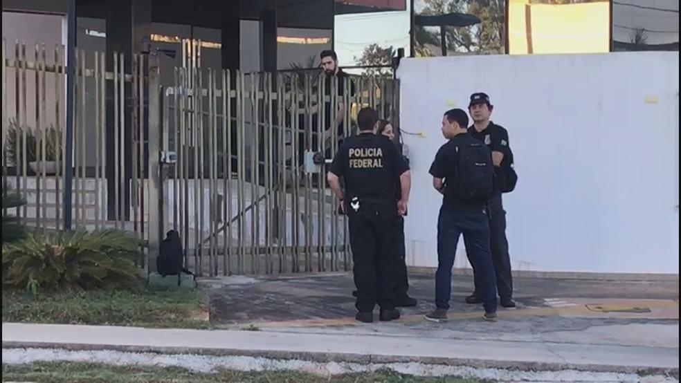 Policiais federais em frente a prédio do SIA, em dia da segunda fase da operação Panatenaico (Foto: Reprodução/TV Globo)