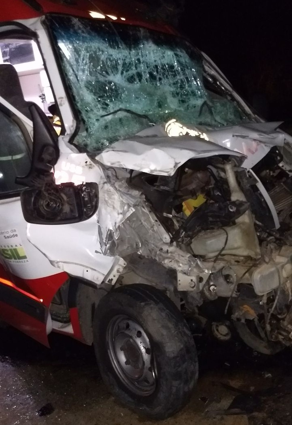Ambulância bateu em um caminhào que carregava cana-de-açúcar (Foto: Cedida)