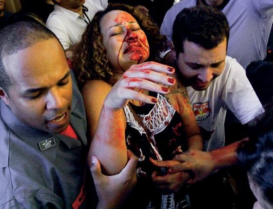 Rosto ensanguentado, depois de ser atingida por um cassetete (Foto: Aloisio Mauricio/Fotoarena/Agência O Globo)