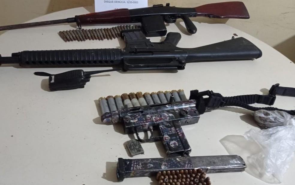 Na ação, polícia apreendeu fuxzil, metralhadora e espingarda, além carregadores, munições, rádio transmissor e porção de maconha. — Foto: Divulgação/SSP-BA