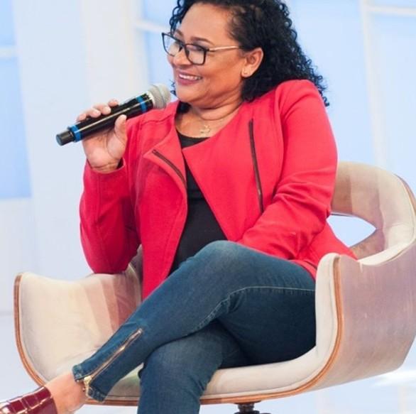 Mara Viana em um programa de TV (Foto: Reprodução RedeTV!)