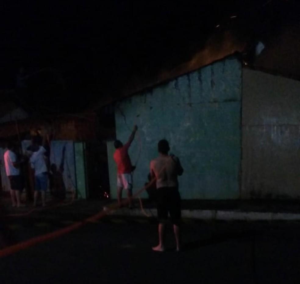 Vizinhos usaram mangueiras para tentar conter as chamas de casa em Timburi — Foto: Arquivo Pessoal