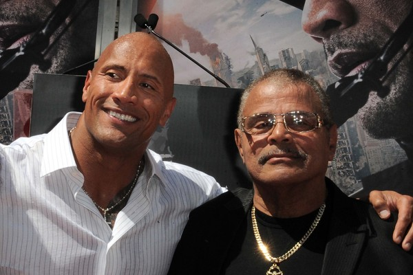 Dwayne The Rock Johnson e seu pai, Rocky Johnson (1944-2020) em foto de 2015 (Foto: Getty Images)