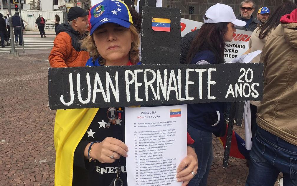 Irene Mendonza leva seu protesto contra mortes de jovens na Venezuela (Foto: Gabriela Bazzo/G1)