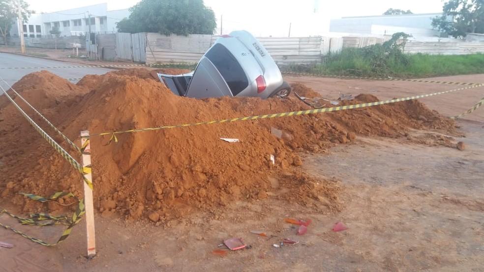 Carro caiu em buraco de obra em Cácares (Foto: Paulo Rufino/Arquivo pessoal)