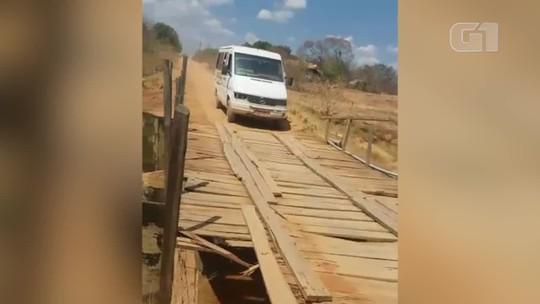 Alunos se arriscam em travessia de transporte escolar sobre ponte de madeira; vídeo