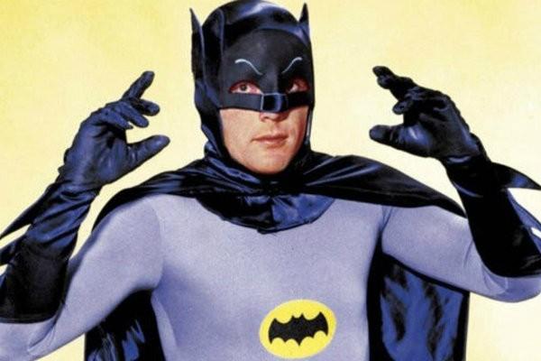 O ator Adam West no papel do herói Batman na série de TV do personagem nos anos 60 (Foto: Reprodução)