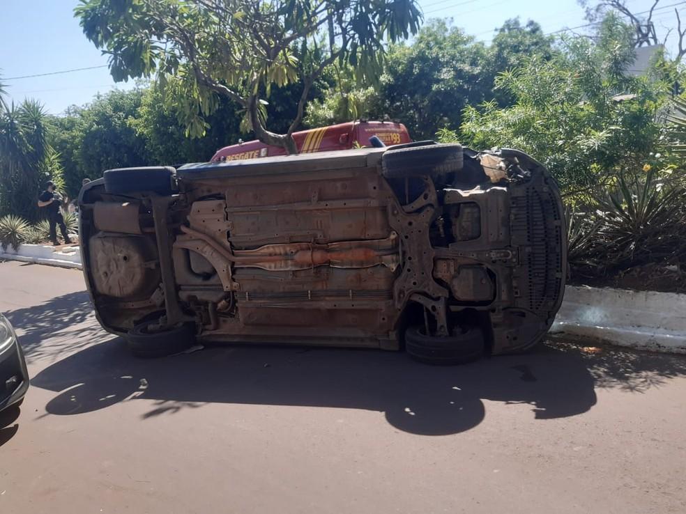 Carro tombou no Centro de Corumbá — Foto: Corpo de Bombeiros/Divulgação