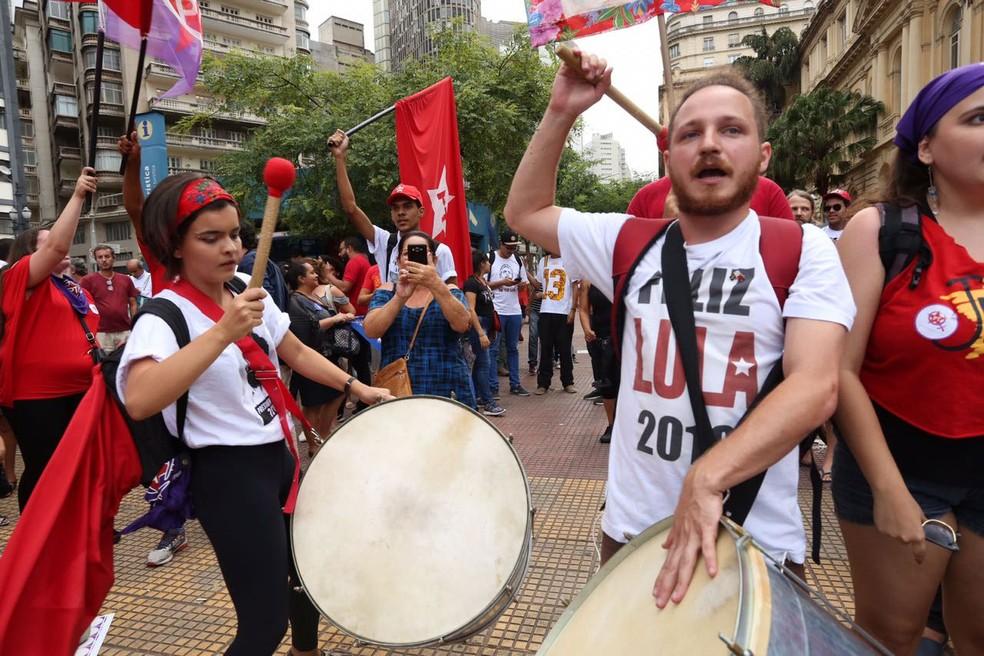 Manifestantes tocam em ato na República em defesa da Lula (Foto: Celso Tavares/G1)