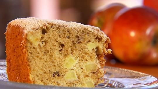Aprenda a fazer bolo com cascas de maçã e pedacinhos da fruta