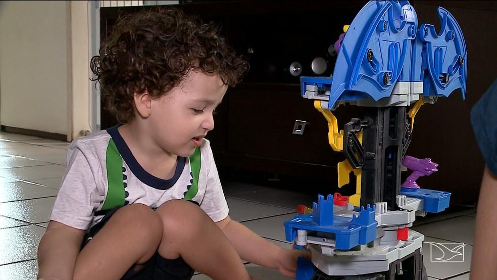 Renato de três anos, foi a primeira criança a realizar o procedimento no Maranhão — Foto: Reprodução/TV Mirante