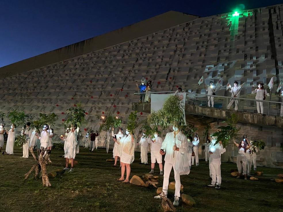 """""""Quem partiu é o amor de alguém"""", artistas do DF se reúnem em frente ao Teatro Nacional para homenagear vítimas da Covid-19 — Foto: Larissa Passos/ G1"""