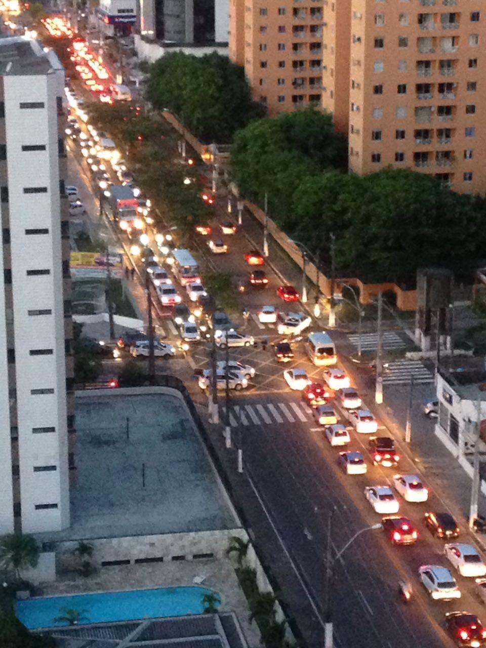 Com apagão, trânsito trava e comércio fecha em Natal; FOTOS