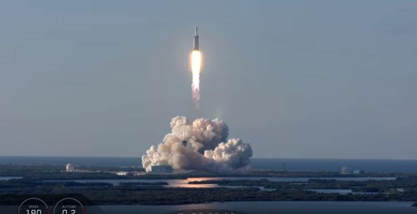 Foguete Falcon Heavy da empresa SpaceX realizou com sucesso o seu primeiro vôo comercial, colocando o satélite saudita Arabsat-6A em órbita. (Foto: Reprodução: Youtube)