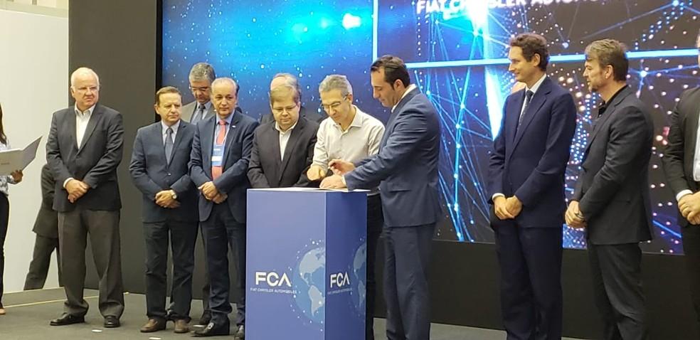 Executivos da Fiat e autoridades assinatura do protocolo de intenções para implantação de nova fábrica de motores em Betim — Foto: Patrícia Fiúza/G1