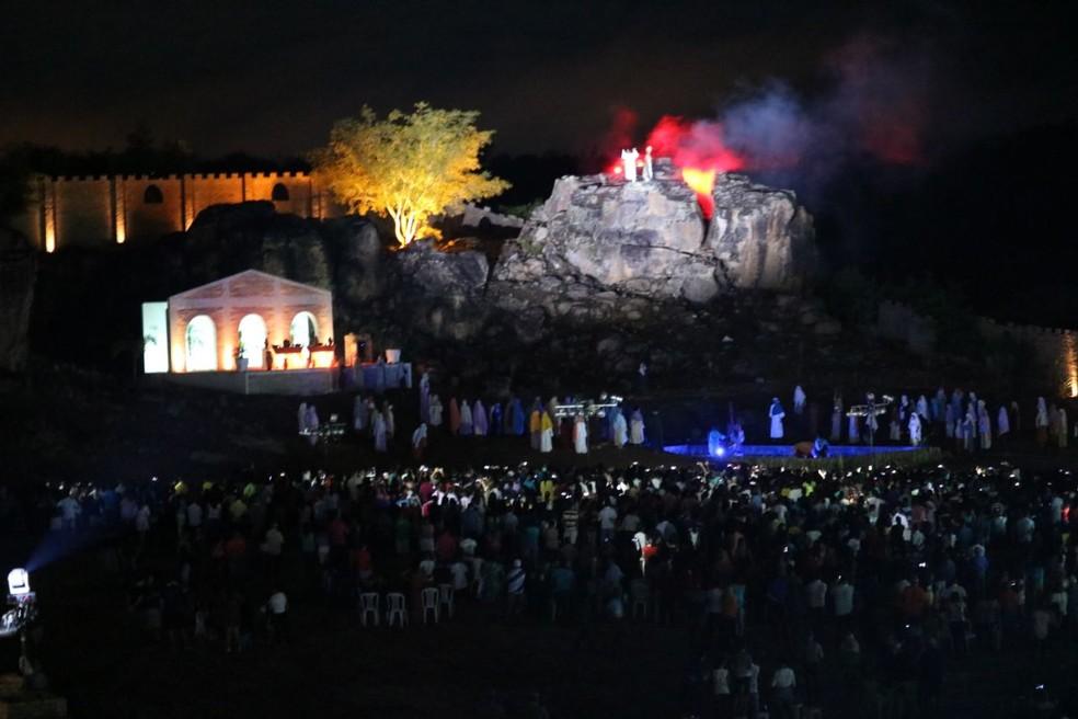 Encenação da Paixão de Cristo reuniu mais de dez mil espectadores no Teatro Cidade Cenográfica, em Floriano. (Foto: Lucas Marreiros/ G1 PI)