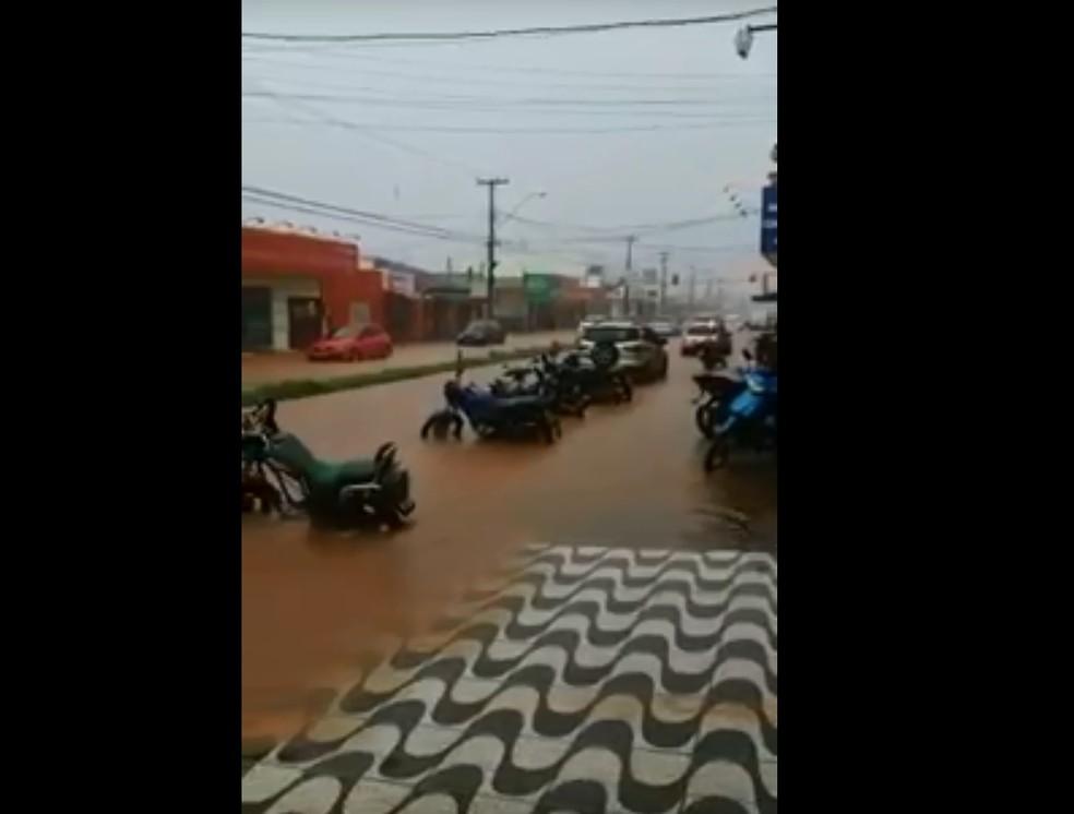 Avenida Calama alagada após temporal (Foto: Reprodução)