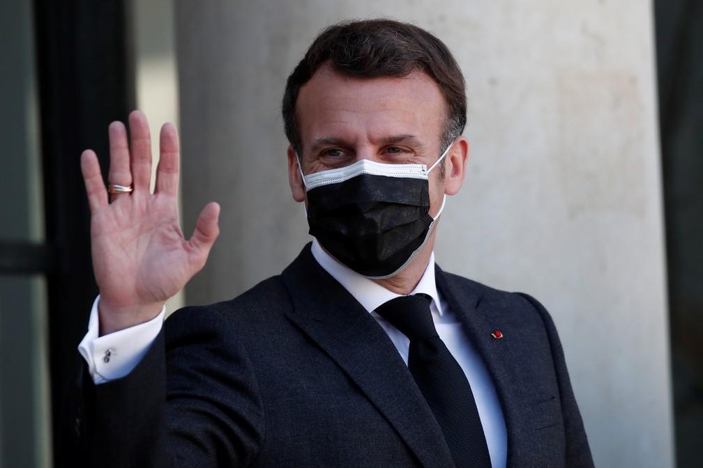 Presidente da França, Emmanuel Macron, acena no Palácio do Eliseu na quarta-feira (30) — Foto: Benoît Tessier/Reuters