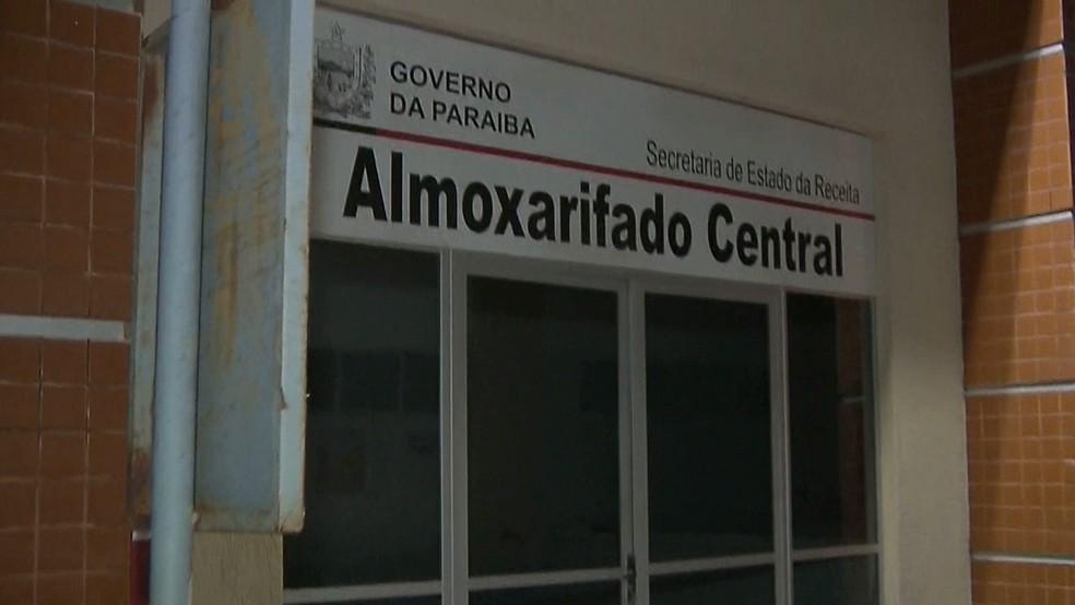 Pessoas foram feitas reféns dentro do almoxarifado central do Fisco, em João Pessoa — Foto: Reprodução/TV Cabo Branco