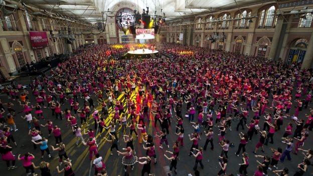 Alguns eventos de zumba reúnem um grande número de participantes (Foto: JAMES MCCAULEY, via BBC News Brasil)