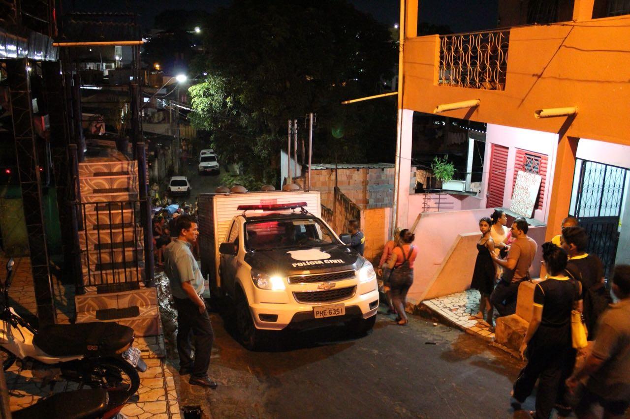 Jovem é assassinado a tiros após ter casa invadida por criminosos, em Manaus