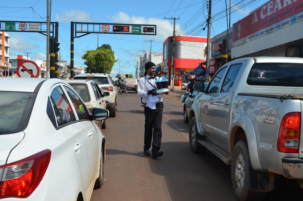 Ideia do jovem vem agradando motoristas, que até tiram foto com o rapaz.  — Foto: Magda Oliveira/G1