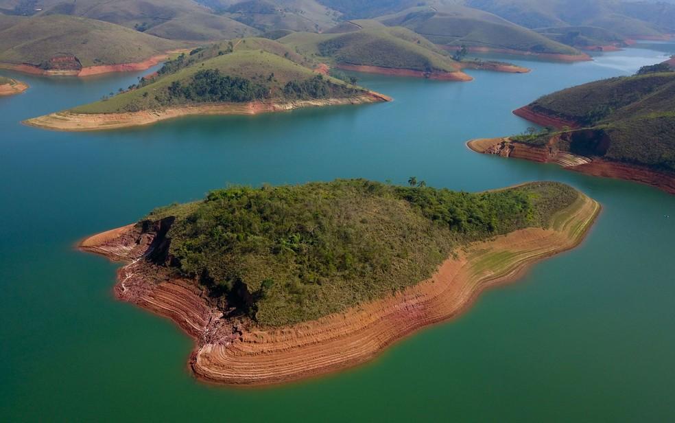 Vista aérea feita com drone da Represa do Jaguari, partindo da cidade de Jacareí, no interior paulista, que compõe o Sistema Cantareira — Foto: Nilton Cardin/Estadão Conteúdo
