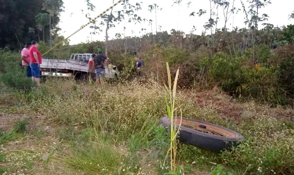 Ápós o choque com a charreta, a caminhonete bateu contra uma árvore ao lado do acostamento da vicinal — Foto: Valdecir Luis/Divulgação