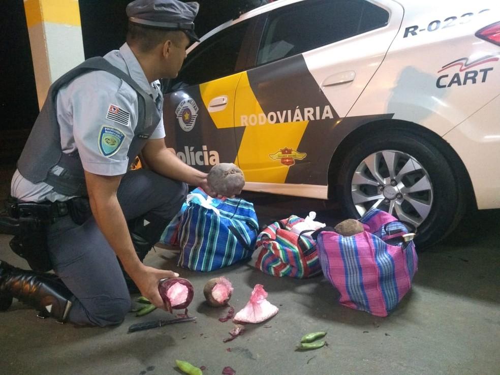 Polícia Rodoviária de Assis apreende mais de 26 quilos de cocaína escondidos em beterrabas — Foto: Polícia Rodoviária/Divulgação