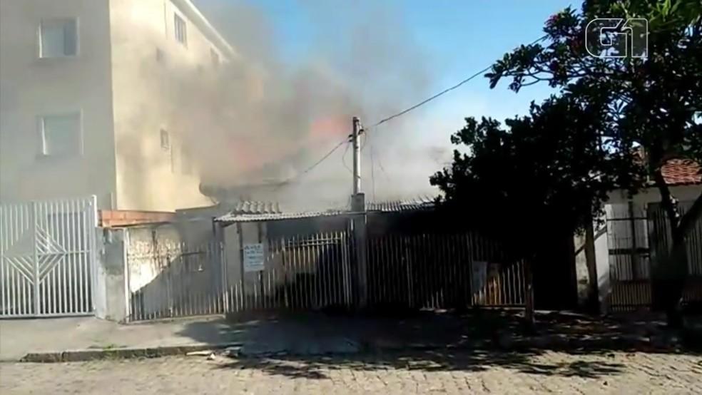 Fogo aitngiu duas casas abandonadas na Vila Haro, em Sorocaba — Foto: Arquivo pessoal/Antônio de Oliveira