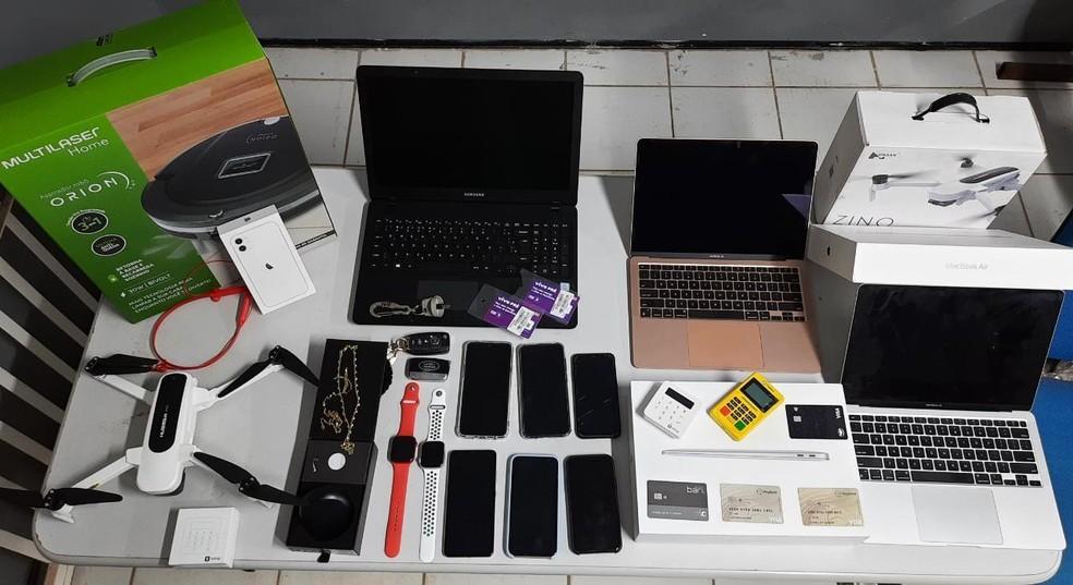 Vários aparelhos eletrônicos, entre ele o celular usado para hackear Camilo Santana, foram apreendidos na casa do suspeito preso. — Foto: Polícia Civil/ Divulgação