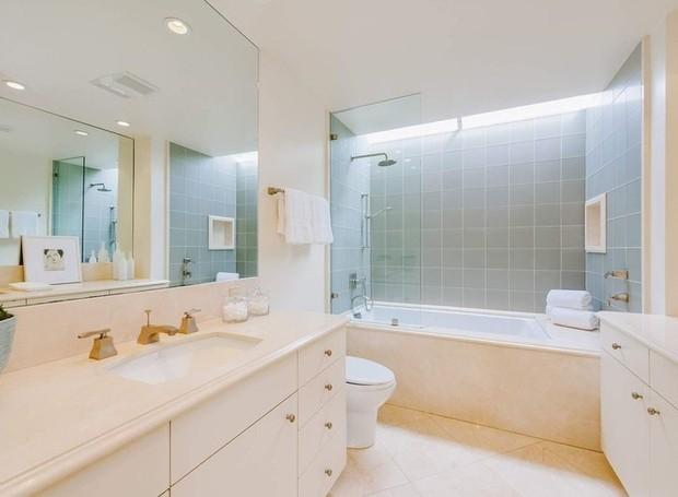 Acima da banheira há uma janela transparente que ilumina o cômodo (Foto: Homes.com)