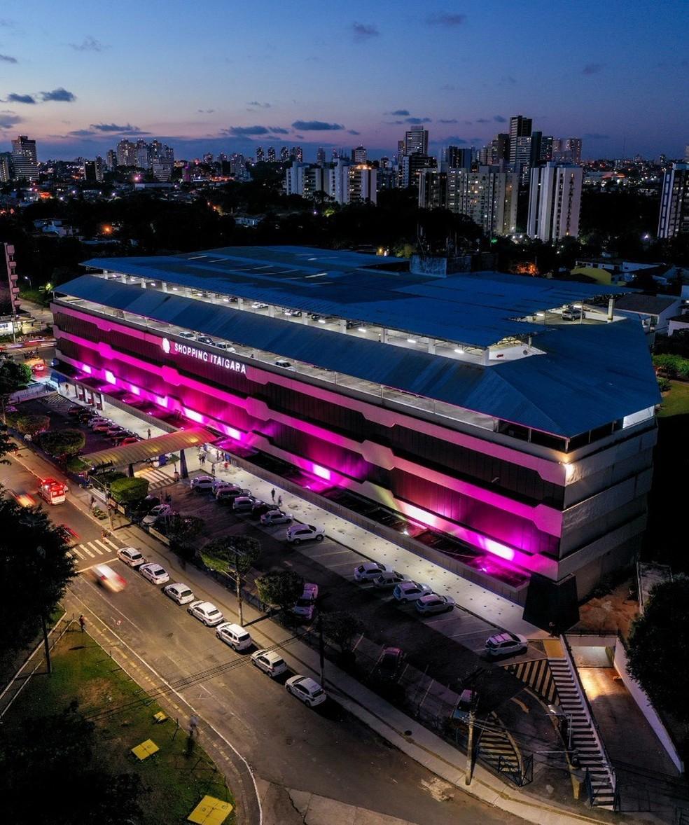 Shopping Itaigara decora faixada com luzes rosa em homenagem à luta contra o câncer de mama. — Foto: Divulgação