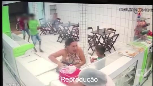 Vídeo mostra momento que dupla atira contra clientes de panificadora em assalto no AC