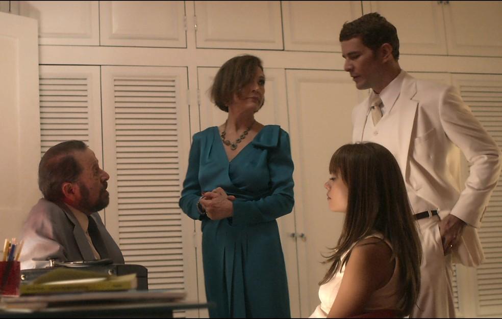 Alice é atendida pelo Dr. Vicente após passar mal (Foto: TV Globo)
