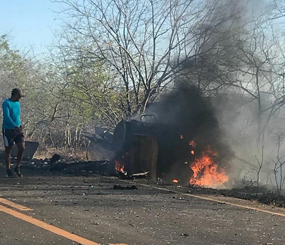 Carro-forte que foi explodido por criminosos em Souto Soares, na Bahia (Foto: Luciano Castro/Central Notícia)