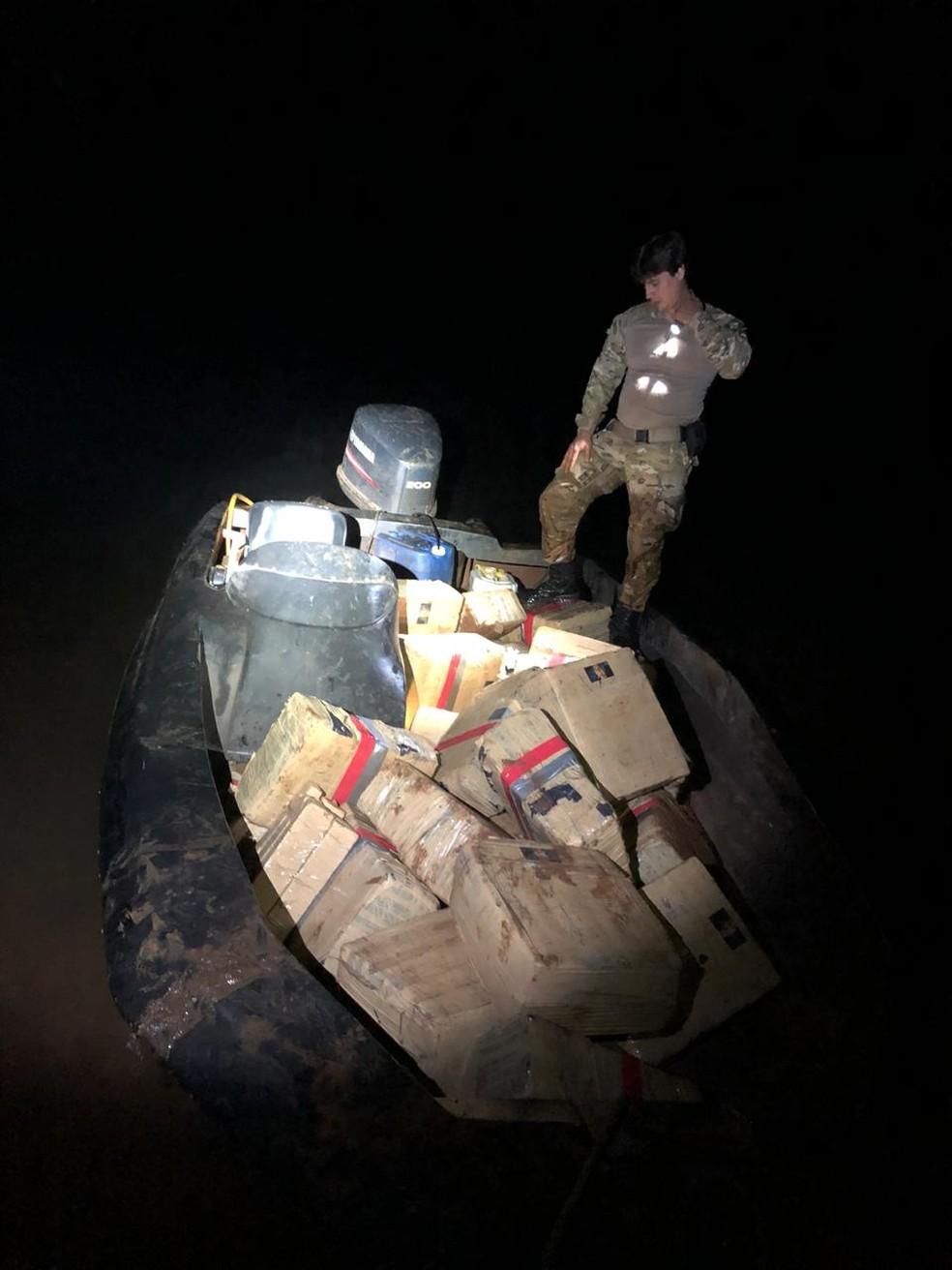 Buscas foram feitas pela região, mas o piloto do barco não foi encontrado — Foto: PF/Divulgação