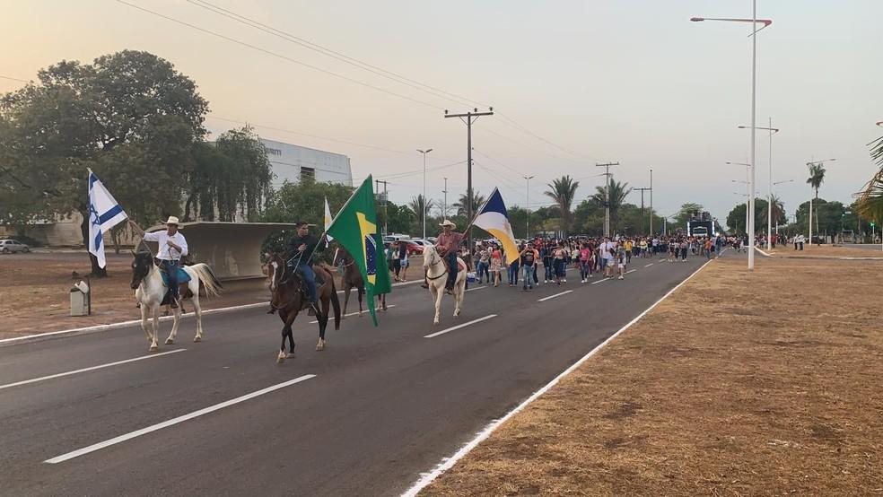Cavaleiros levam bandeiras durante Marcha para Jesus — Foto: Lucas Machado/TV Anhanguera
