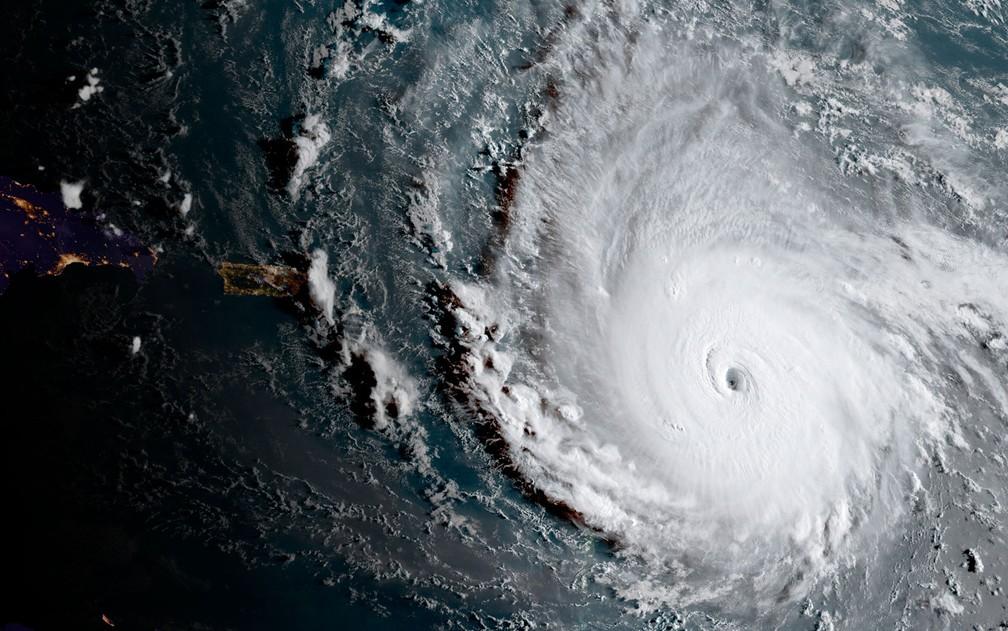 Imagem capturada pelo satélite GOES-16 mostra o furacão Irma sobre o Oceano Atlântico na manhã de terça (5) (Foto: NOAA via AP)