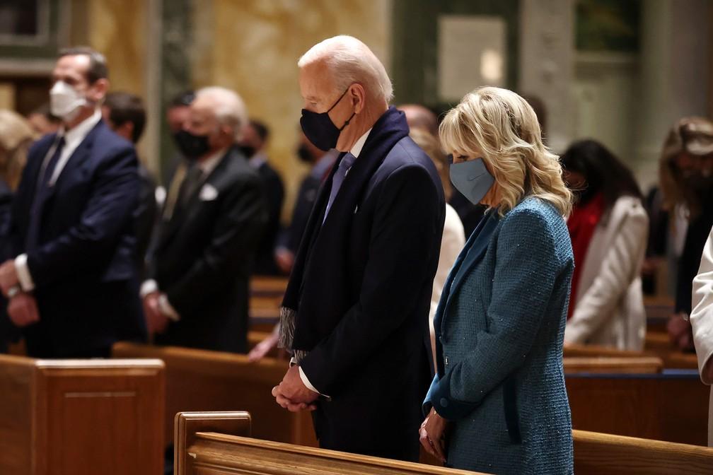 Biden e Jill durante missa antes da posse nos EUA — Foto: Chip Somodevilla/Getty Images North America/Getty Images Via AFP