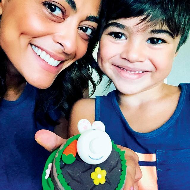 Juliana Paes com o filho Pedro (Foto: … e este  é pedro,  7 anos. os dois são a cara da mãe, não? (Foto: Reprodução / Instagram))