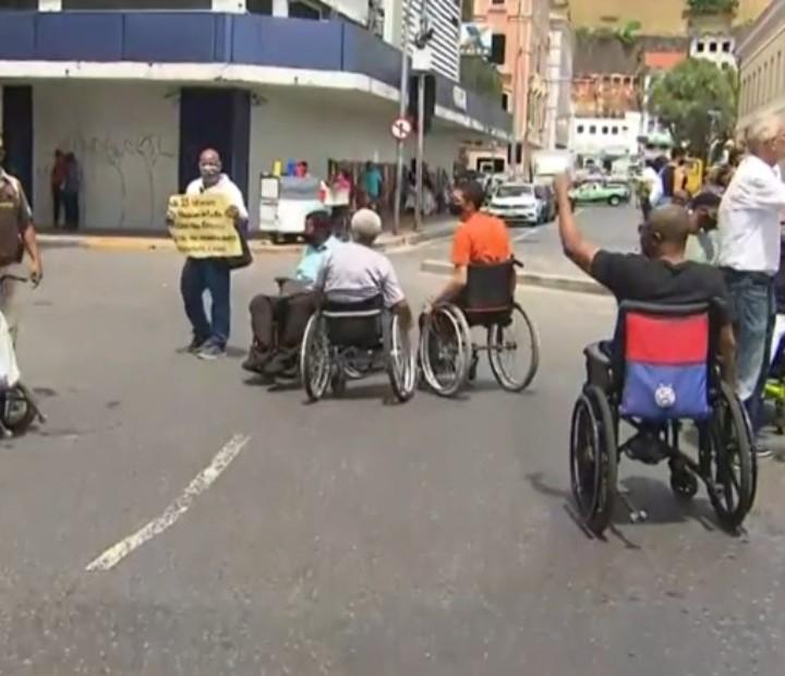 Grupo de cadeirantes faz protesto no bairro do Comércio, em Salvador, por falta de fraldas geriátricas